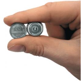 Comparatif de taille entre un Hygrochron et un ibutton classique. L'Hygrochron est le plus petit des deux.
